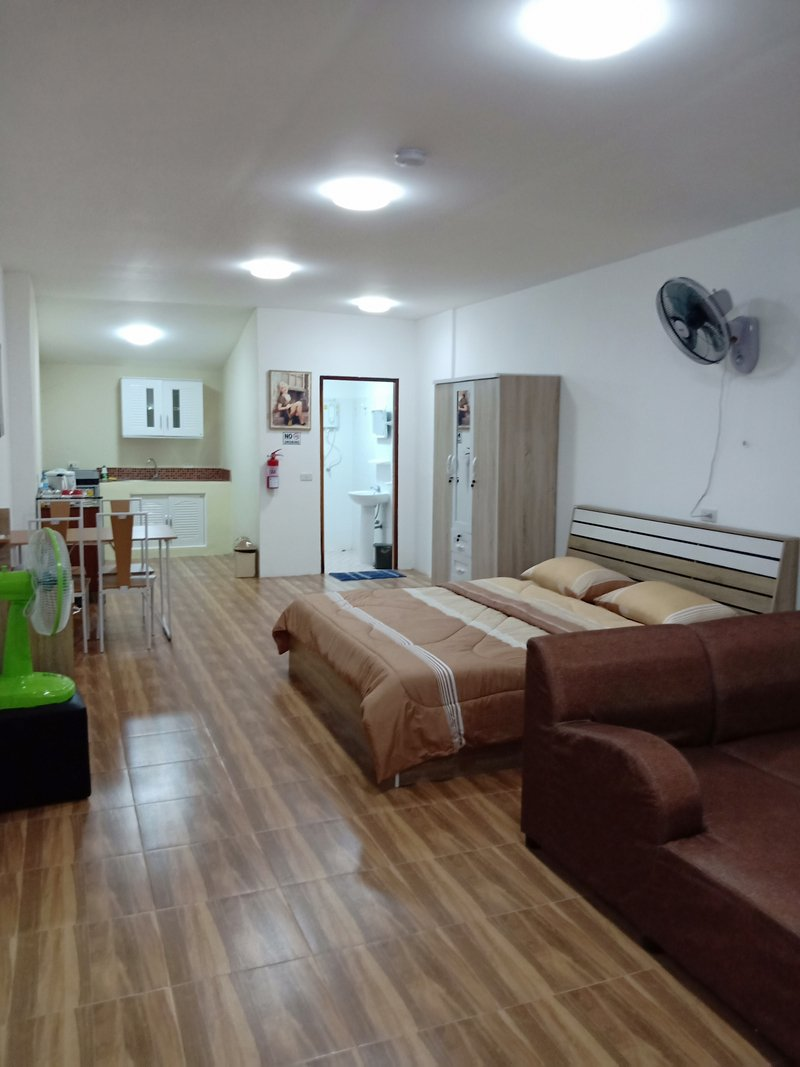 1 Double Bedroom Apartment pool and Extensive Kitchen Dining room 350 baht per day