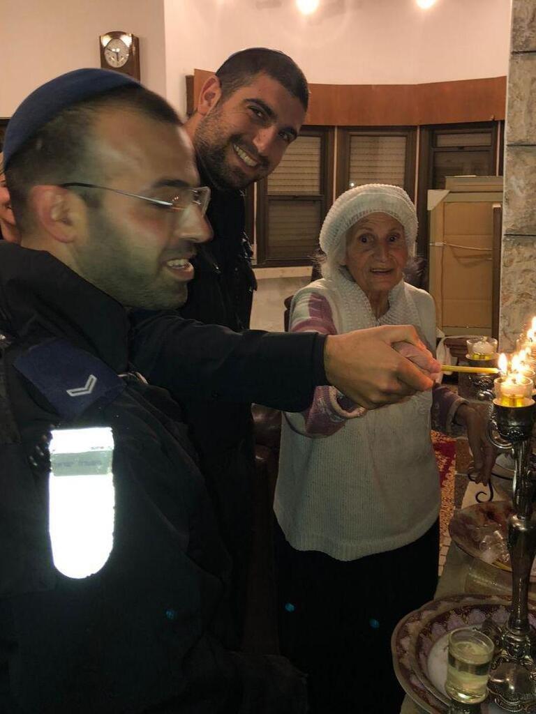 והדליקו נרות בחצרות קדשך: עם מי הדליקו השוטרים את הנר השמיני של חנוכה?